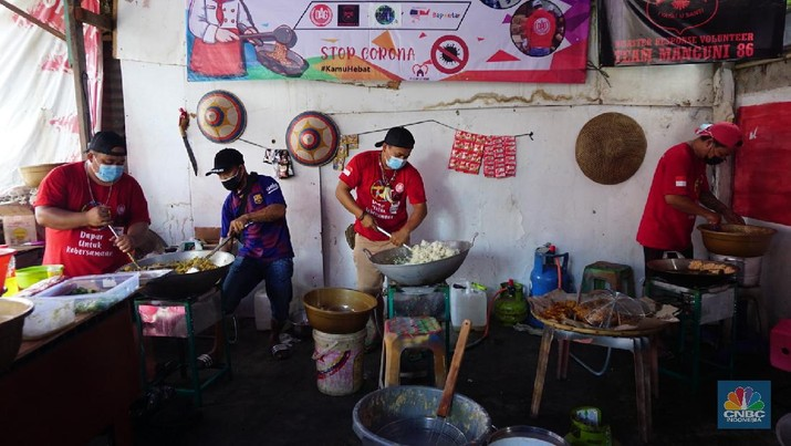 Dapur Umum Untuk Warga Terdampak Covid-19 (CNBC Indonesia/Tri Susilo)