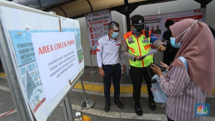 Penerapan Baru Penumpang KRL di Masa PPKM Darurat. (CNBC Indonesia/Andrean Kristianto)