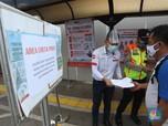 Ramai Penumpang KRL Tunjukkan STRP di Stasiun Tanah Abang