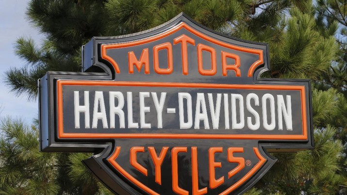 In this Sunday, Oct. 20, 2019, photograph, the company logo hangs over the entrance to a Harlet Davidson dealership in Littleton, Colo. (AP Photo/David Zalubowski)