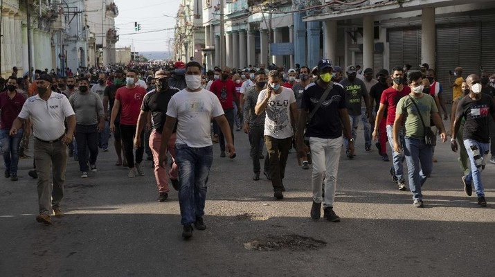 Backers of the government march in Havana, Cuba, Sunday, July 11, 2021. Hundreds of supporters of the government took to the streets while hundreds more protested against ongoing food shortages and high prices of foodstuffs. (AP Photo/Eliana Aponte)