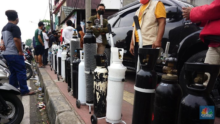 Sejumlah warga mengantre pengisian ulang tabung oksigen di Joglo Raya, Kembangan, Jakarta (14/7/2021). Menurut pedagang, warga mengantre sejak pukul 05.00 wib hingga mengular sepanjang 5 meter. Agus (47) mengantre sejak pukul 05.00 wib