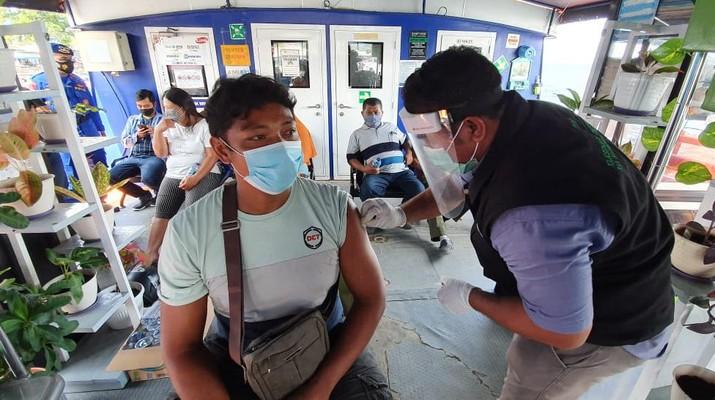 BRI mengerahkan Teras-teras Kapal BRI Bahtera Seva sebagai sarana vaksinasi di Kepulauan Anambas, Kepulauan Seribu, Kepulauan Halmahera Selatan, hingga Kepulauan Nusa Tenggara Timur, bekerja sama dengan dinas kesehatan dan aparat keamanan di setempat. (Dok. BRI)