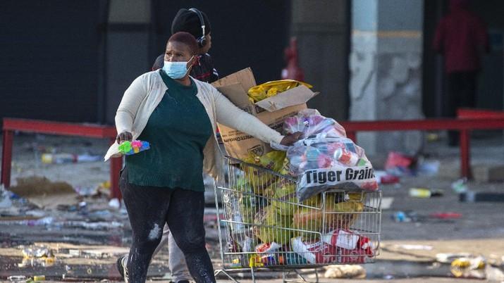 Kerusuhan dan Penjarahan di Afrika Selatan. (AP/Themba Hadebe)