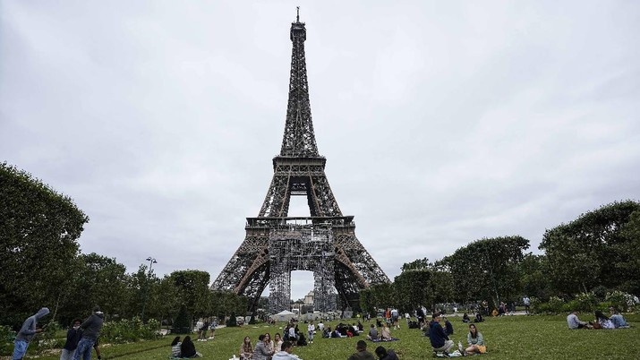 Menara Eiffel Perancis buka kembali. (AP/Michel Euler)