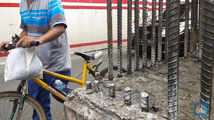 Kondisi Tiang Monorel  yang Dicuri di Kawasan Kuningan, Senin (19/7/2021). (CNBC Indonesia/ Tri Susilo)