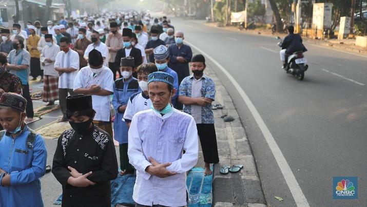Warga melaksanakan salat Idul Adha 1442 berjemaah di tengah pemberlakuan PPKM darurat  di Masjid Larangan, Kota Tangerang, Banten Selasa (20/7/2021). (CNBC Indonesia/ Tri Susilo)