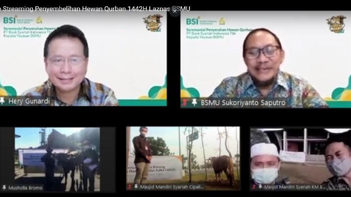 Direktur Utama PT Bank Syariah Indonesia Tbk Hery Gunardi (kiri atas) ketika menyerahkan secara simbolik hewan kurban kepada Direktur Eksekutif Yayasan Bangun Sejahtera Mitra Umat Sukoriyanto Saputro (kanan atas).