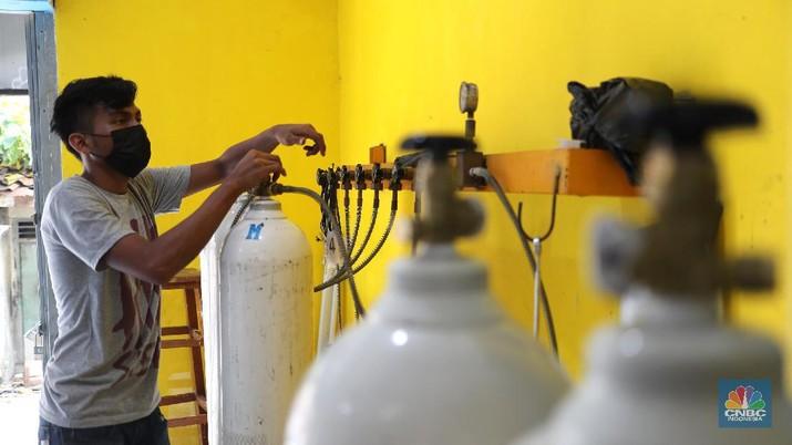 Pekerja mengisi tabung oksigen medis di agen isi ulang oksigen Fauzi Medical, Jakarta, Kamis (22/7/2021). Sebagai bentuk kepedulian terhadap sesama di tengah pandemi Covid-19, agen isi ulang tersebut melakukan sistem pembayaran secara sukarela bagi warga yang membutuhkan oksigen. Pantauan dilokasi mulai warga berdatangan, salah satunya Budi (52)