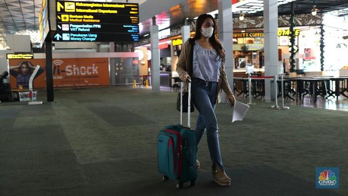 Suasana di Termiinal Kedatangan Internasional Bandara Soekarno Hatta, Kamis (22/7/2021). Menteri Hukum dan HAM Yasonna Laoly merevisi aturan dalam Permenkumham Nomor 26 Tahun 2020 tetang Bisa dan izin tinggal dalam masa adaptasi kebiasaan baru. Dengan revisi itu, pemerintah membatasi kedatangan warga negara asing (WNA) selama pemberlakuan pembatasan kegiatan masyarakat (PPKM) level 4.  (CNBC Indonesia/ Tri Susilo)