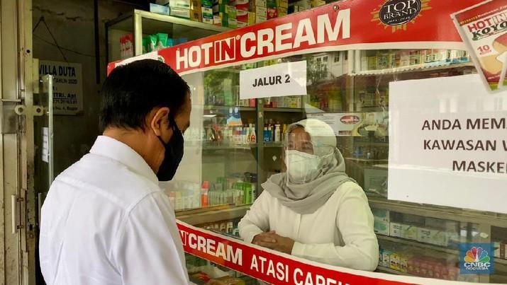 Jokowi mengunjungi salah satu apotek di Kota Bogor.