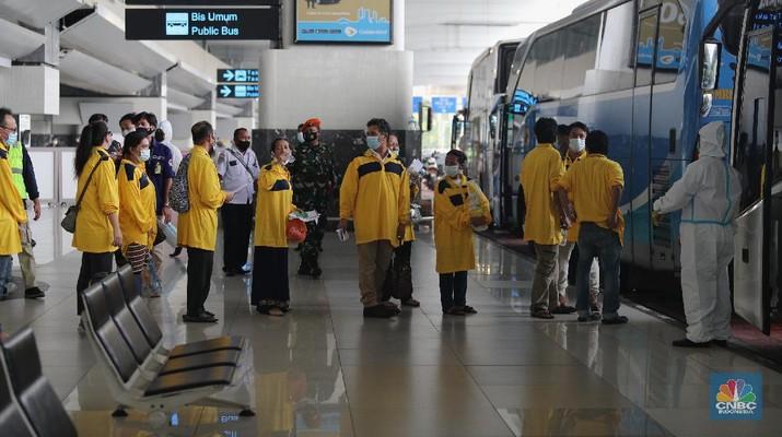 Pekerja Migran Indonesia (PMI) dari Malaysia tiba di Bandara Soekarno Hatta, Tangerang, Banten, Kamis (22/7/2021). Para Tenaga Kerja Indonesia (TKI) atau pekerja migran Indonesia (PMI) di luar negeri menjadi salah satu kelompok paling rentan masuk di lingkaran pandemi Covid-19. Para pekerja migran sebelumnya sudah melalui serangkaian prosedur prokol kesehatan serta terkonfirmasi negatif covid-19. Setibanya di Indonesia mereka pun harus mengikuti prosedur yang ada di bagian kedatangan Internasional di Bandara Soekarno-Hatta. Sebanyak 63 pekerja migran dibawa ke RSD. Wisma Atlet, Kemayoran untuk menjalani karantina selama delapan hari. Setelah itu mereka dapat pulang ke daerah asalnya masing-masing. Para pekerja migran berasal dari Jawa Timur, Jawa Tengah, Jawa Barat, NTB, Sumut, Lampung dan Bali.  (CNBC Indonesia/ Tri Susilo)