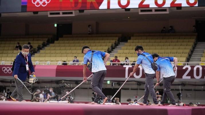 Penyemprotan disinfektan saat Olimpiade Tokyo 2020. (AP/Vincent Thian)