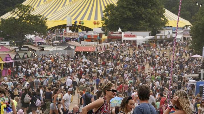 Warga berkumpul dalam festival Latitude di Henham Park, di Southwold, Inggris. (AP/Jacob King)