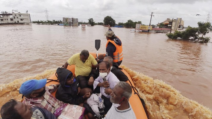 People stranded in flood waters are rescued Kolhapur in western Maharashtra state, India, Saturday, July 24, 2021. Officials say landslides and flooding triggered by heavy monsoon rain have killed more than 100 people in western India. More than 1,000 people trapped by floodwaters have been rescued. (AP Photo)