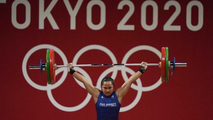 Emas pertama Filipina di ajang Olimpiade disumbangkan oleh lifter, Hidilyn Diaz. (AP/Luca Bruno)