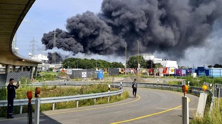 Ledakan besar mengguncang kawasan industri kimia di kota Leverkusen, Jerman. (AP/Oliver Berg)