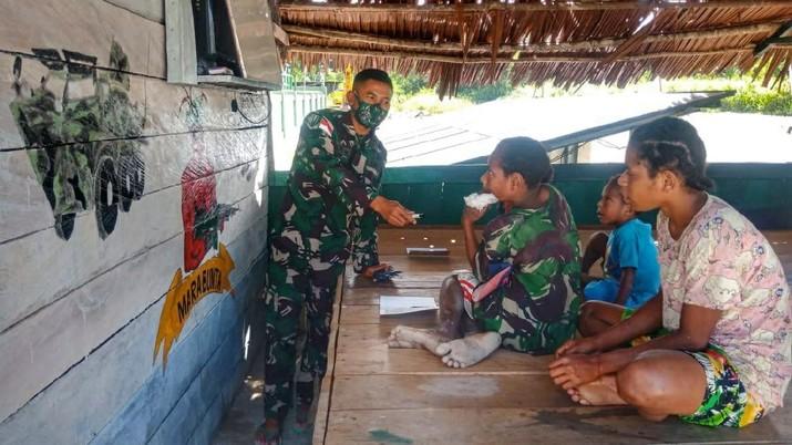 Satgas Yonif 512/QY Ajak Belajar Anak-anak Papua Yang Datang Ke Pos Perbatasan. (Dok: Satgas Yonif 512/QY)