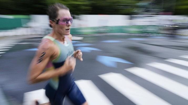 Flora Duffy mencatatkan sejarah setelah memenangi triathlon perempuan dengan mempersembahkan emas pertama Olimpiade untuk negaranya Bermuda, Selasa, (27/7/2021). (AP/Eugene Hoshiko)