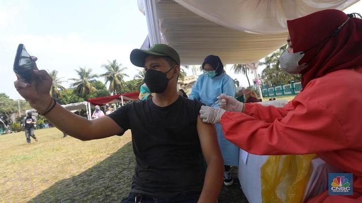 Vaksin massal di Tangerang Selatan. (CNBC Indonesia/Andrean Kristianto)