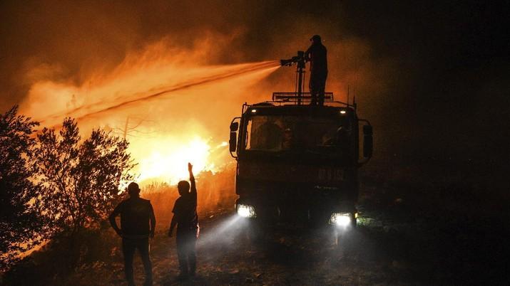 Kebakaran hutan masif terjadi wilayah selatan Turki. AP/