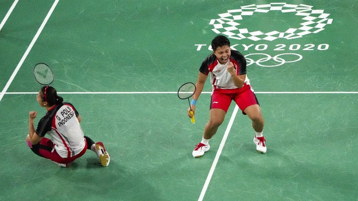 Indonesia's Greysia Polii, left, and Apriyani Rahayu celebrates after making a point during their women's doubles gold medal match against China's Chen Qing Chen and Jia Yi Fan at the 2020 Summer Olympics, Monday, Aug. 2, 2021, in Tokyo, Japan. (AP Photo/Markus Schreiber)