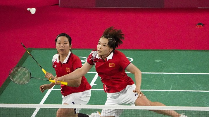 China's Chen Qing Chen and Jia Yi Fan play against Indonesia's Greysia Polii and Apriyani Rahayu during their women's doubles gold medal match at the 2020 Summer Olympics, Monday, Aug. 2, 2021, in Tokyo, Japan. (AP Photo/Markus Schreiber)