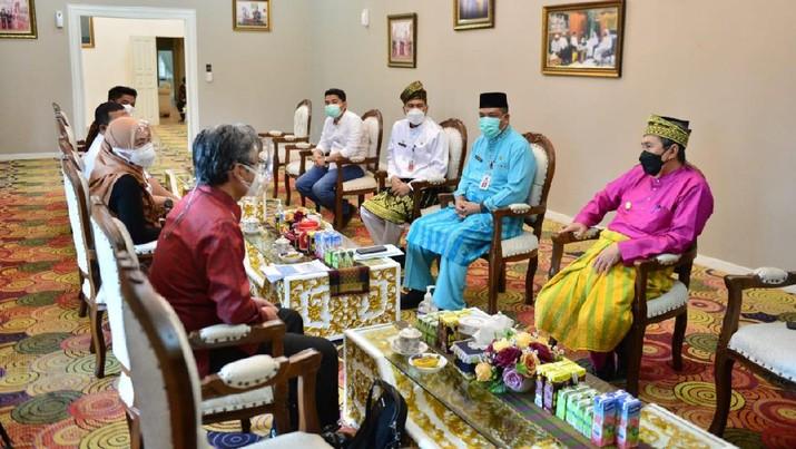 Direktur Utama PT Pertamina Hulu Rokan Jaffee A Suardin menemui Gubernur Riau Syamsuar. Jaffee menyampaikan kesiapan PT PHR untuk alih kelola operasional Blok Rokan. (Dok. PT Pertamina Hulu Rokan)