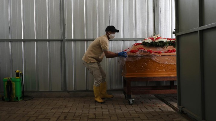 Suasana kremasi jenazah terinfeksi Covid-19 di krematorium TPU Tegal Alur, Jakarta, Kamis (5/8/2021). (CNBC Indonesia/Tri Susilo)
