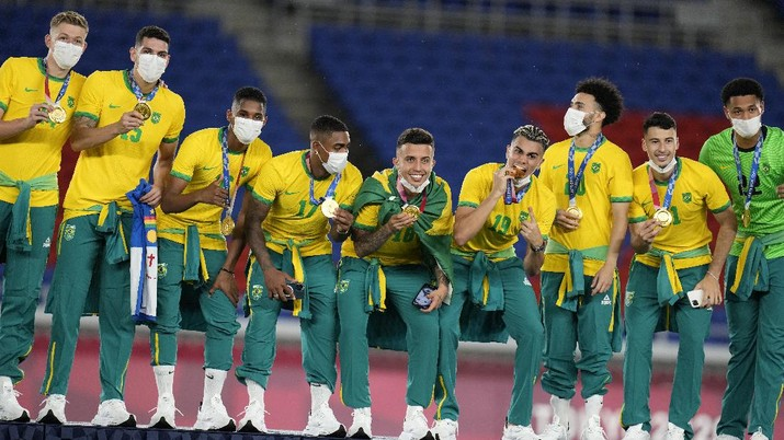 Played of Brazil pose after winning the gold medal defeating Spain 2-1 in the men's soccer final match at the 2020 Summer Olympics, Sunday, Aug. 8, 2021, in Yokohama, Japan. (AP Photo/Fernando Vergara)