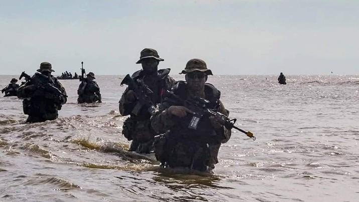 Latihan bersama Prajurit Angkatan Darat AS dengan Tentara Nasional Indonesia (TNI) Angkatan Darat di Amborawang, Kutai Kartanegara, Kalimantan Timur. (Tangkapan Layar Twitter @@25thID)