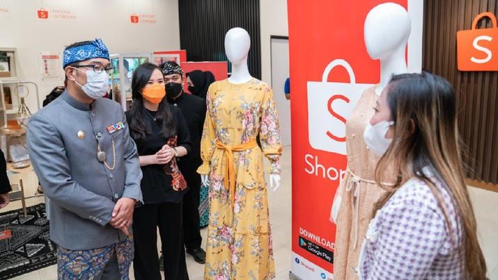 Shopee meresmikan Kampus UMKM Shopee Ekspor Bandung bersama Pemerintah Provinsi Jawa Barat secara virtual.