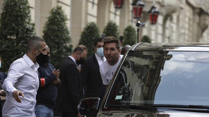 Lionel Messi tiba di Paris Saint Germain. (AP/Adrienne Surprenant)