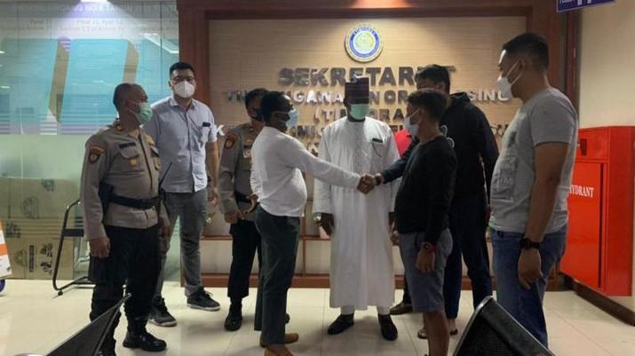 Petugas imigrasi berdamai dengan Diplomat Nigeria di Kantor Imigrasi Jakarta Selatan.  (Dok.Imirgasi Jakarta)