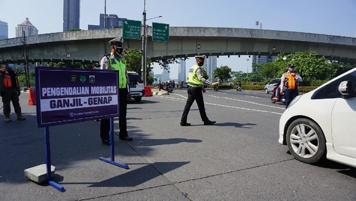 Polda Metro Jaya kembali memberlakukan aturan ganjil genap dikawasan Jl. Sudirman, Jakarta, Kamis (12/8/2021). Kebijakan ini berlaku hingga 16 Agustus 2021 mendatang atau berbarengan dengan masa PPKM level 4 di ibu kota. (CNBC Indonesia/Tri Susilo)