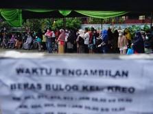Potret Warga Tangerang saat Antre Bansos Beras Tahap Dua