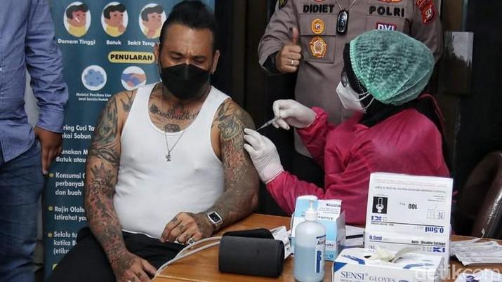 Musikus I Gede Ari Astina alias Jerinx saat mendapat suntikan vaksin Covid-19  Sinovac. (Detikcom/Pradita Utama)