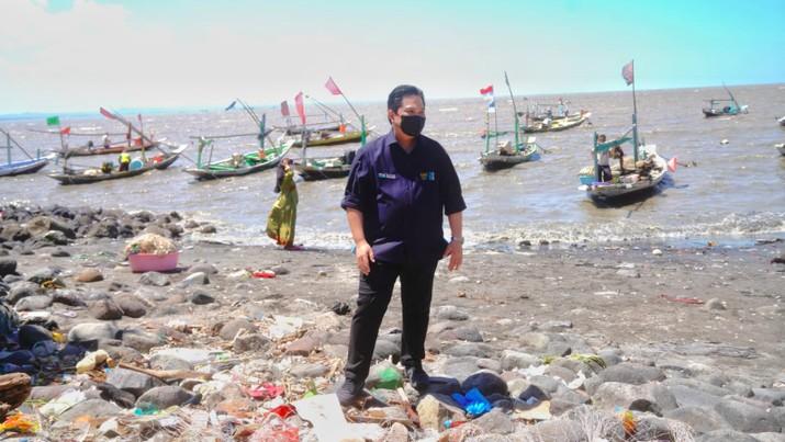 Menteri BUMN, Erick Thohir saat mengunjungi kampung nelayan di Nambangan, Kenjeran, Surabaya, Minggu (15/8)/Dok BUMN
