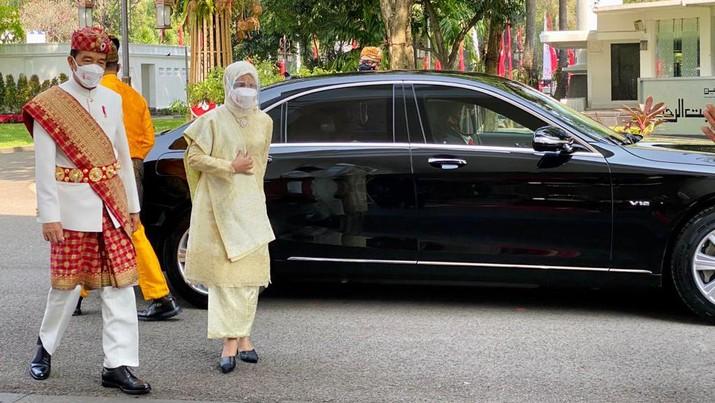 Presiden Joko Widodo dan Ibu Hj. Iriana Joko Widodo tiba di Istana Merdeka. Presiden Jokowi mengenakan pakaian adat Lampung, sementara Ibu Negara mengenakan busana nasional dengan kain songket. (Laily Rachev - Biro Pers Sekretariat Presiden)