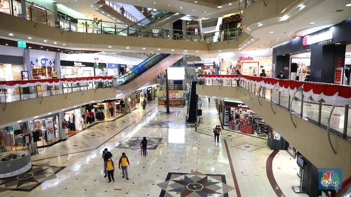 Pengunjung melakukan scanning sebelum masuk mall di Metropolitan Mall Bekasi, Jawa Barat, Rabu (18/8/2021). (CNBC Indonesia/Muhammad Sabki)