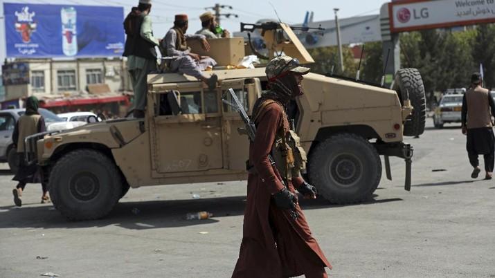 Taliban berpatroli di jalan Afghanistan. (AP/Rahmat Gul)