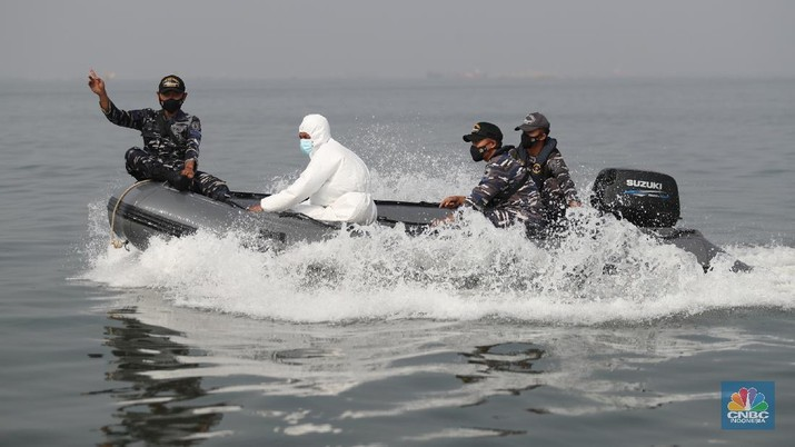 Prajurit TNI AL melaksanakan operasi kemanusiaan serbuan vaksin massal di Wilayah Muara Gembong, Jawa Barat. Program vaksinasi ini menyasar kepada 1.000 warga didaerah pesisir pantai tersebut. (CNBC Indonesia/Tri Susilo)