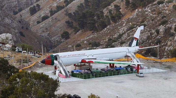 Sebuah pesawat Boeing 707 telah diubah menjadi sebuah kafe, di Wadi Al-Badhan, Palestina. (AP Photo/Majdi Mohammed)