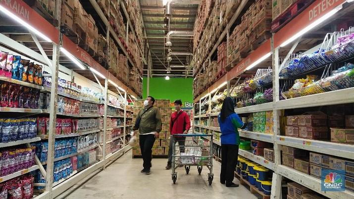 Sejumlah warga berbelanja di Lotte Mart, Puri Kembangan, Jakarta, Selasa (31/8/2021). Pemerintah kembali melakukan penyesuaian aktivitas masyarakat selama Pemberlakuan Pembatasan Kegiatan Masyarakat (PPKM) Jawa - Bali terhitung sejak 31 Agustus hingga 6 September 2022. Aturan yang disesuaikan adalah yang berkaitan dengan waktu operasional supermarket dan pasar swalayan yang diperbolehkan beroperasi hingga pukul 21:00 waktu setempat, satu jam lebih lama dari sebelumnya dengan kapasitas tatap 50%. (CNBC Indonesia/ Tri Susilo)