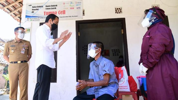 Presiden Jokowi meninjau kegiatan vaksinasi di Kampung Tonjong, Kecamatan Cigandamekar, Kabupaten Kuningan. (Biro Pers Sekretariat Presiden/ Muchlis Jr)