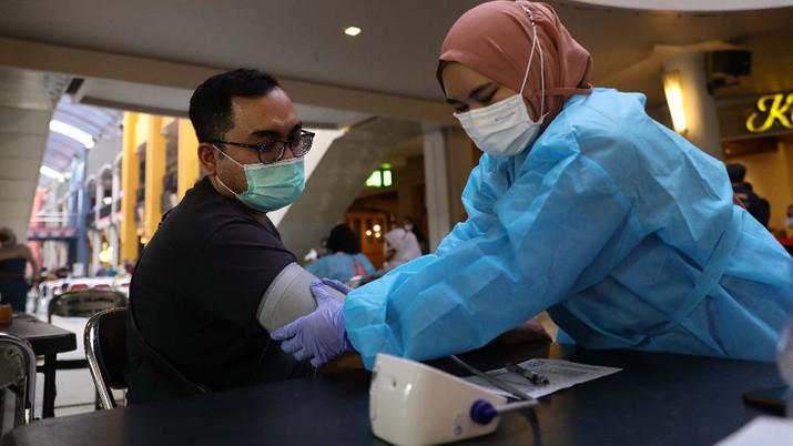 Pengunjung mall mengikuti vaksinasi Pfizer dari Puskesmas Kecamatan Cilandak di Mall Cilandak Town square, Jakarta, Selasa, 31/8.  Puskesmas Kecamatan Cilandak menggelar program vaksinasi tersebut untuk masyarakat umum. Proses penyuntikan vaksin mulai pukul 08.00 WIB hingga kuota habis sebanyak 500 orang. Informasi pendaftaran vaksinasi itu didapat dari unggahan di akun Instagram @puskesmaskecamatancilandak, pada Rabu, 25 Agustus 2021. Khusus untuk vaksin hari ini, Kamis, 26 Agustus 2021, pendaftaran bisa dilakukan dengan mengakses link https://www.serbuanvaksin24.org. Dalam surat Dinkes DKI juga menjelaskan sejumlah syarat untuk mendapatkan vaksin Pfizer. Diantaranya, dialokasikan untuk masyarakat umum yang belum pernah mendapatkan vaksinasi Covid-19 dosis 1 maupun dosis 2. Kemudian, sasaran juga termasuk bagi ibu hamil, ibu menyusui, masyarakat yang memiliki kondisi immunocomprised seperti autoimun, komorbid berat, penyakit kronis dan gangguan imunologi lainnya.(CNBC Indonesia/ Muhammad Sabki)
