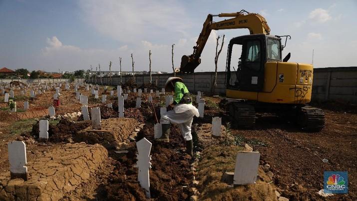 Petugas pemakaman saat melakukan perawatan tanah makam yang ambles akibat hujan di Taman Pemakaman Umum Rorotan, Jakarta Utara, Rabu (1/9/2021). Kini, setelah kasus Covid-19 mulai menurun jenazah yang datang tidak banyak. Pantauan CNBC Indonesia hingga pukul sejak pukul 13.00 hingga 16.00 tidak ada prosesi pemakaman Covid-19. Salah satu petugas Kepala  Pelaksana Taman Pemakaman Umum (TPU)  mengatakan, dalam dua hari terakhir jenazah yang dimakamkan di TPU Rorotan kurang dari 10. Untuk hari ini hanya 4 jenazah yang dimakamkan di TPU Rorotan.  Selama tidak ada proses pemakaman, petugas pemakaman melalukan perawatan makam. Banyak tanah makan yang ambles akibat hujan dan jenis kayu peti yang mudah hancur.  TPU Rorotan memiliki luas 3 hektar yang dapat menampung sekitar 7.200 petak makam baru khusus jenazah Covid-19.  (CNBC Indonesia/ Muhammad Saki)