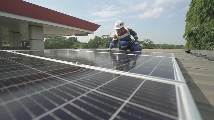 Upaya go green dengan menurunkan emisi karbon terus dilakukan Pertamina, antara lain dengan membidik pemasangan Pembangkit Listrik Tenaga Surya (PLTS) di Green Energy Station (GES) yang tersebar di berbagai wilayah nusantara.