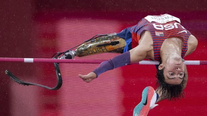 Atlet AS, Ezra Frech bertanding di Final Atletik Lompat Tinggi T63 Putra Paralimpiade Tokyo 2020 di Tokyo, Selasa, 31 Agustus 2021. (Simon Bruty for OIS via AP)