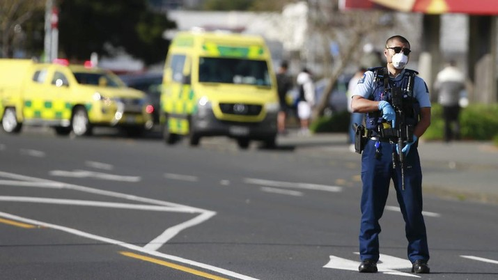 A police officer stands outside an Auckland supermarket, Friday, Sept. 3, 2021. New Zealand authorities said Friday they shot and killed a violent extremist after he entered a supermarket and stabbed and injured several shoppers. Prime Minister Jacinda Ardern described the incident as a terror attack. (Alex Burton/New Zealand Herald via AP)